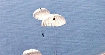Những hiểm nguy đe dọa tính mạng phi công nhảy dù trên biển
